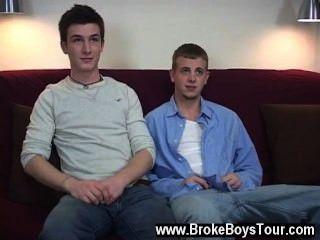 مشى مثلي الجنس الجنس في ووجه اتخاذ مقعد على الأريكة وأنا شرحت كل