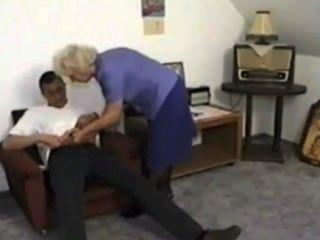 يتبول الجدة ويأكل نائب الرئيس من صبي صغير من satyriasiss