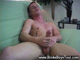 مثلي الجنس ريدج الثلاثون بدأت عن طريق إغلاق عينيه وبينما كان يلعب مع عصاه
