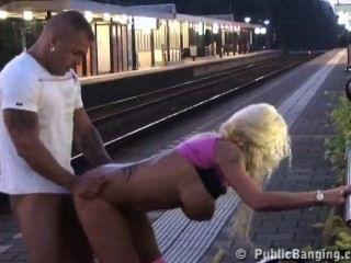 اللعنة زوجين في الأماكن العامة في محطة القطار