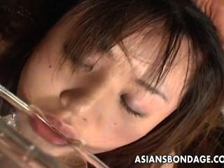 غريب الآسيوية لعق الرقيق فاتنة وشرب بول.