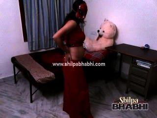 شيلبا مثير bhabhi زوجة الهندي في ساري أحمر تجريد الجنس عارية