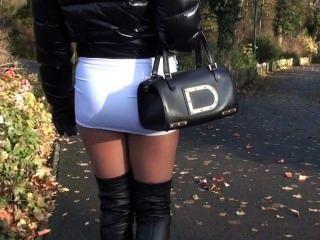جولي skyhigh في سن المراهقة تنورة قصيرة الساخنة والأحذية والجلود overknee المشي في الشارع