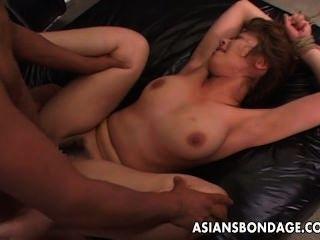 قيدوا فاتنة الآسيوية تحصل مارس الجنس طويل وشاق