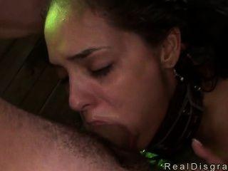 امرأة سمراء مفلس بالسلاسل إلى آخر مارس الجنس