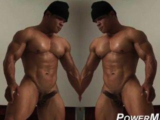 حار الرجل العضلات يحصل نفسه من