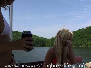 الطالبات لطيف على البحيرة
