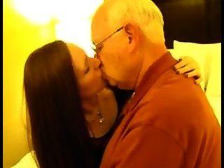 زوجة الديوث تقبيل الرجل العجوز