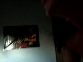 اللسان مع شقيقه في غرفة