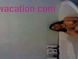 امرأة سمراء تستحم ويظهر الثدي للكاميرا