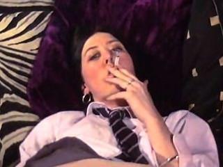 أكثر تلميذة، والتدخين، الإشارة بالإصبع واللعب