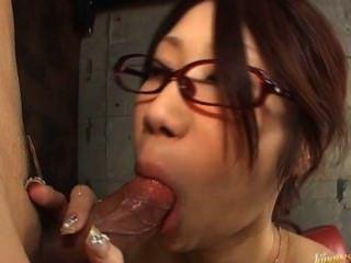 تاكاناشي fuuka دمية الآسيوية الساخنة تمتص الديك في المرآب