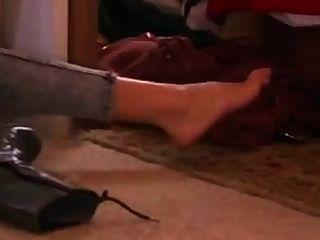 مثير غال غادوت تظهر قدميها في الجوارب