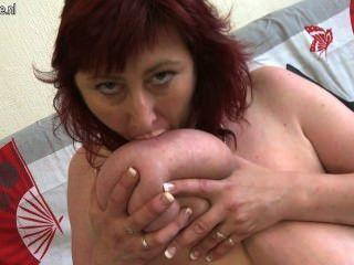 أحمر الشعر ناضجة مع الثدي ساغي كبيرة