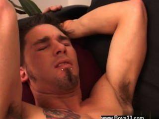 وضع شاذ جنسيا تومي الفيديو أسفل على الأريكة واستمر جيك على البقاء في
