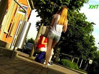 فتاة جميلة في السراويل رقيقة الساقين