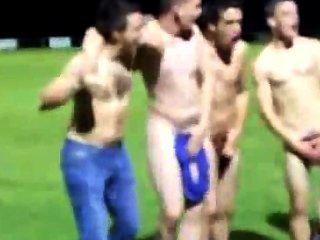 فريق لعبة الركبي يحصل عارية على أرض الملعب بعد فوز لإظهار روح الفريق