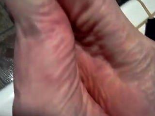مص أصابع قدميها الخاصة