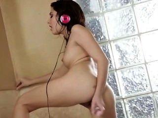 امرأة سمراء اللعب حفرة لها في الحمام