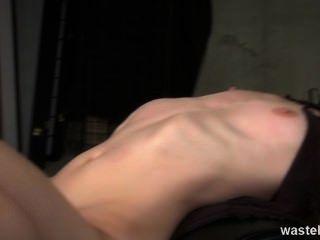 الزنجبيل dominatrix له عبدا الجنس شقراء للعب مع