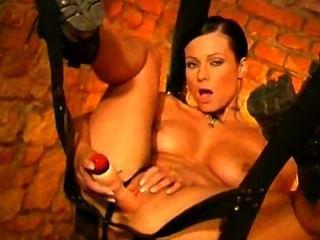 امرأة سمراء الساخنة على أرجوحة dildoing بوسها