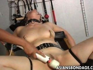 اللعب عشيقة شقراء لها slavegirl الآسيوية في تقديم