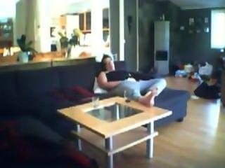 voyeuring الجبهة بالإصبع جيني على الأريكة