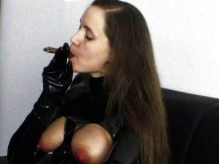 تدخين السيجار عبودية الكلبة تعرف ما تريد