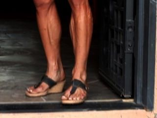 العضلات كريس الجبهة تنثني لها المثيرة، وهيئة معرق في الملابس الضيقة