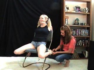 LEXI دغدغة سارة ليز و / و، هذه الفتاة هي أكثر بخلا في دغدغة!