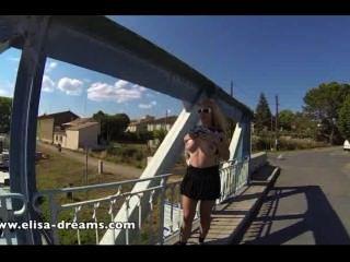 امض يا ضخمة الثدي في الأماكن العامة على جسر