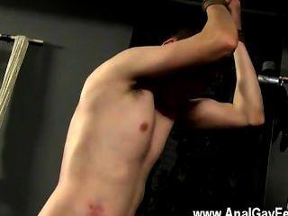 مثلي الجنس العربدة ايدن يحطم وجهه، حيث تشيد بها مؤسسة المواصفات والمقاييس على الجذع الرجال