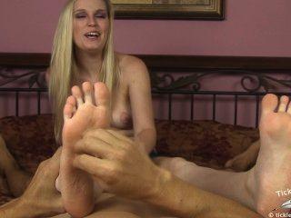 الهزات أماندا أثناء دغدغة قدميها