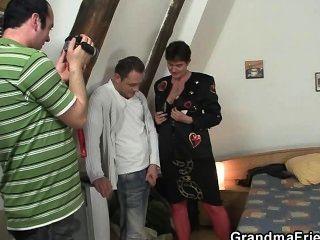 photosession مع الجدة يؤدي إلى الثلاثي