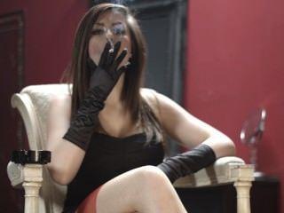 التدخين شارلوت في قفازات سوداء وجوارب