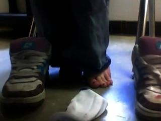 الأحذية والجوارب من تحت المكتب في المدرسة