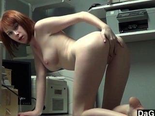 أجمل في سن المراهقة أحمر الشعر cums في على أصابعها
