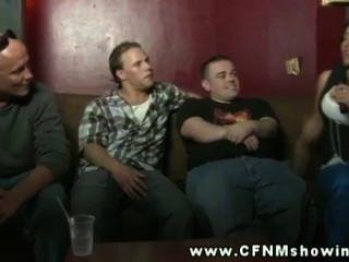 CFNM الأزرار ساعة المتلصص محاولة أعلى التقاط الفتيات في حانة