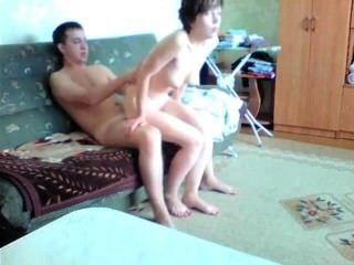 الشباب زوجين الهواة يجعل شريط جنسي في غرفة المعيشة الخاصة بهم