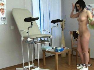 امرأة سمراء ريتا تتعرى وينتشر الساقين لفحص طبي