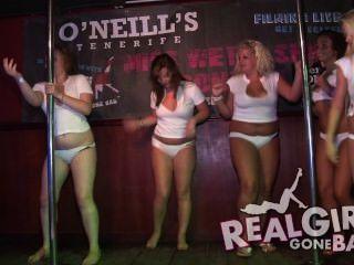 التعري الفتيات مثير عارية على خشبة المسرح واحدة اللسان صفيق جدا وراء الكواليس