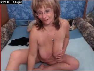 حية تظهر مثير الجدة مفلس في النظارات على كاميرا ويب