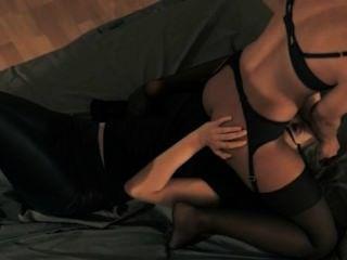 تحصل مارس الجنس امرأة سمراء فاتنة مع حزام على