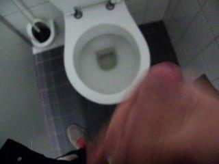 الرجل رعشة قبالة ونائب الرئيس في مرحاض عام