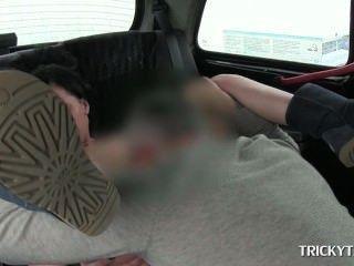 سائق سيارة أجرة تسمير ولعق الوردي انتزاع على المقعد الخلفي