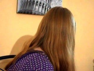 في سن المراهقة فتاة الحدب وسادة لها (mrbob7777)