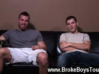 مثلي الجنس الاباحية تشاد جلس مرة أخرى على عقبيه حين جرف لف يد ضخمة