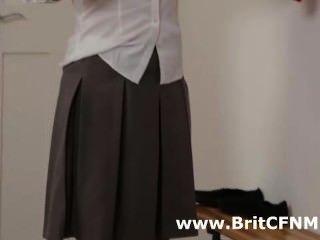 اثنين من الفتيات CFNM البريطانية في الزي المدرسي إغواء المعلم
