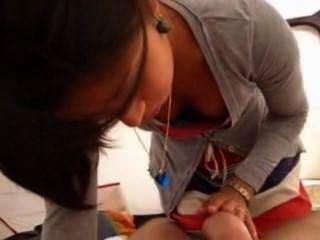 بلدي النيبالية فتاة بوف اللسان، وقالت انها تأخذ جرعة من نائب الرئيس