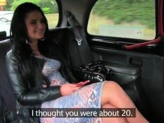 امرأة سمراء حلق كس مارس الجنس في سيارة أجرة
